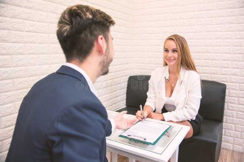 Trabalho de oferecimento do empregador do negócio ao empregado novo para estender o acordo para assinar ao candidato bem sucedido imagem de stock
