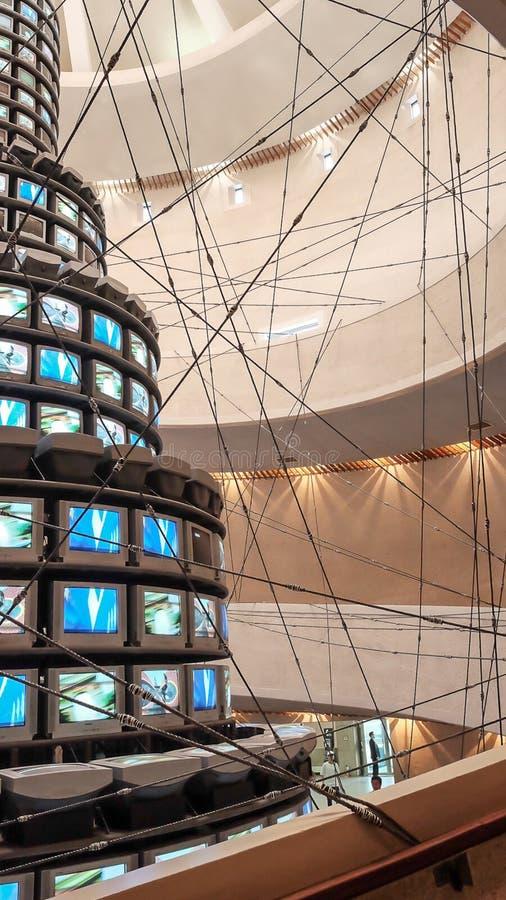 Trabalho de Paik Nam-joon da vista no Museu Nacional de moderno e da arte contemporânea em Seoul, Coreia do Sul, o 5 de maio de 2 fotografia de stock