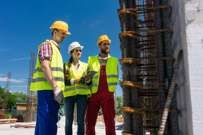 Trabalho de supervisão do arquiteto no canteiro de obras de uma construção imagens de stock