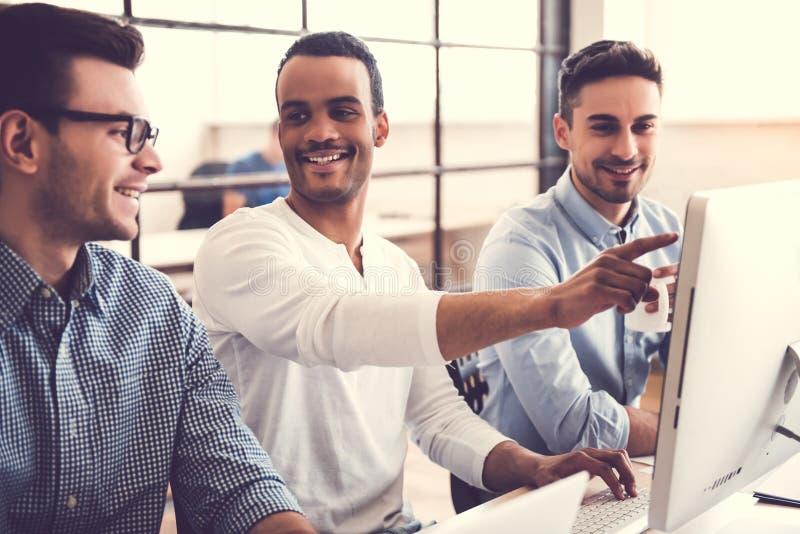 Trabalho de três homens de negócios imagens de stock