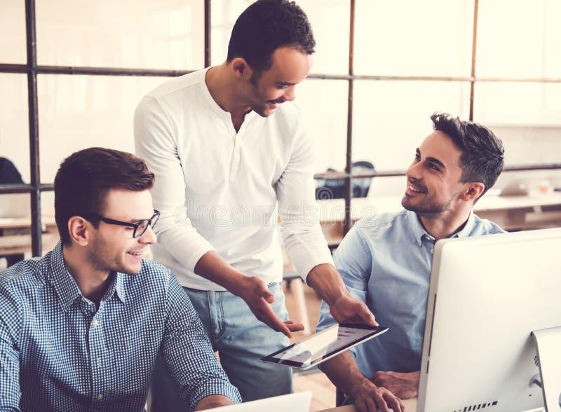 Trabalho de três homens de negócios imagens de stock royalty free