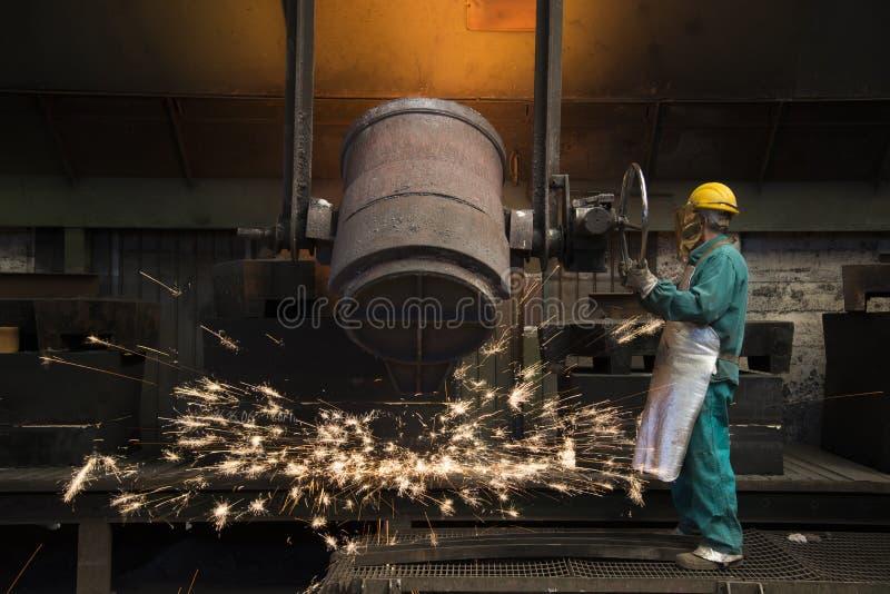 Trabalho de trabalho do homem em uma fábrica fotografia de stock royalty free