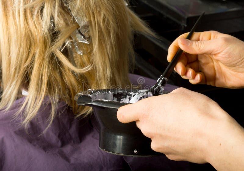 Trabalho de um cabeleireiro profissional, descorante do cabelo imagens de stock