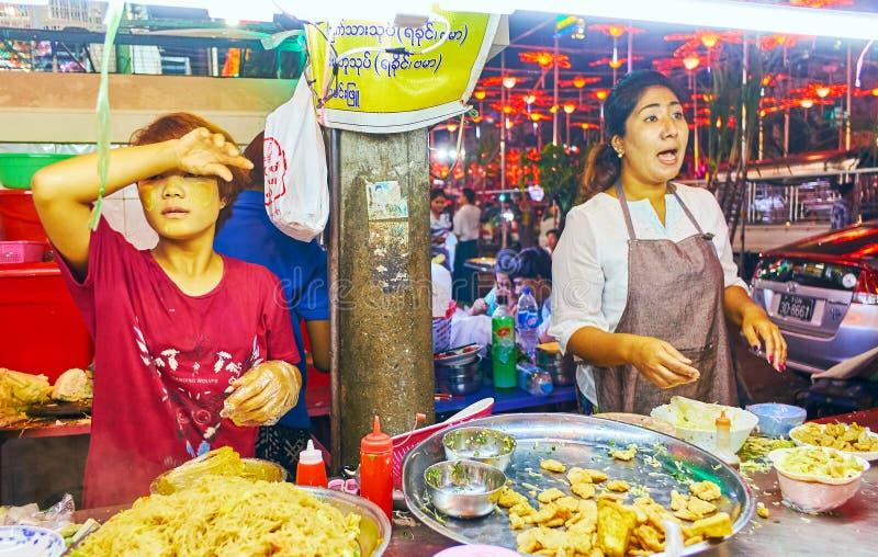 Trabalho de vendedores de alimento da rua, Yangon, Myanmar foto de stock