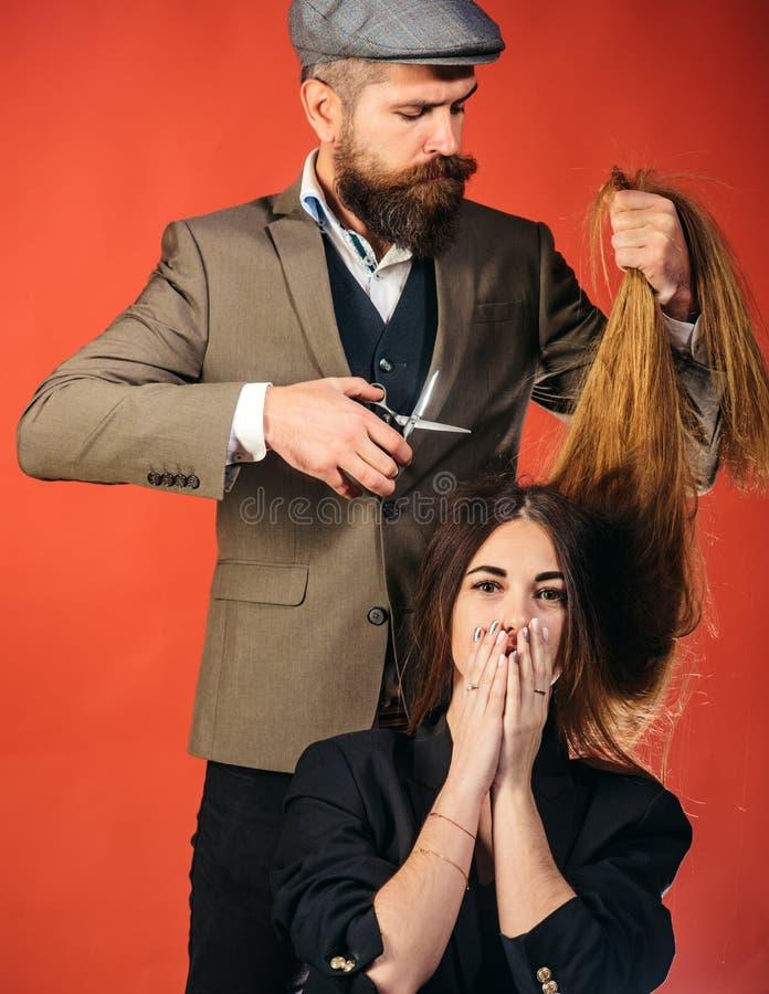 Trabalho do cabeleireiro no corte de cabelo fêmea Cabelo lindo Mulher com cabelo longo no fundo de madeira Modelo com penteado en foto de stock
