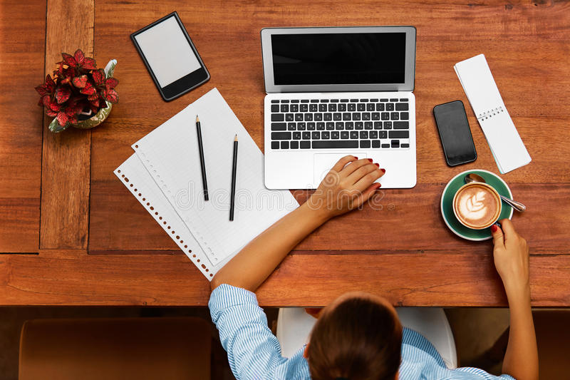 Trabalho do computador Mulher de negócio que trabalha no café Autônomo, uma comunicação fotos de stock royalty free