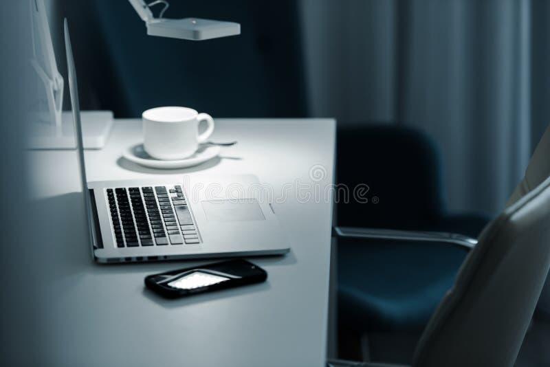 Trabalho do computador na noite fotografia de stock royalty free