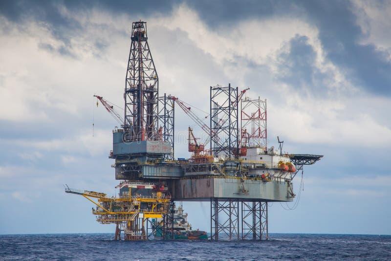 Trabalho do equipamento de perfuração do petróleo e gás sobre a plataforma remota da fonte imagem de stock royalty free