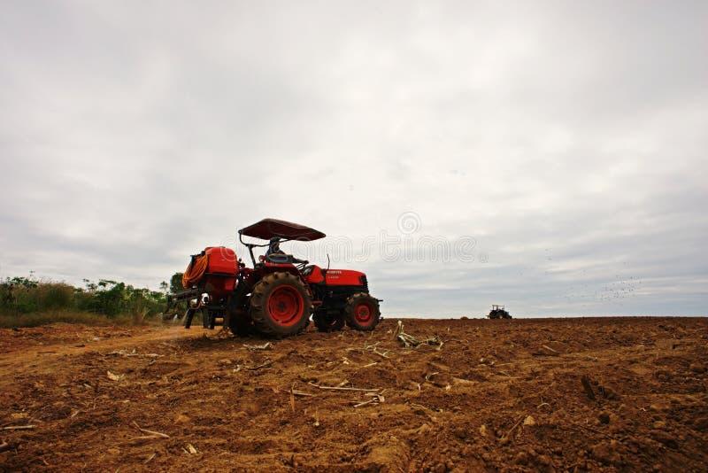 Trabalho do fazendeiro no campo da cana-de-açúcar, cultivo de solo, Kampangphet, Tailândia em November8, 2017 fotos de stock