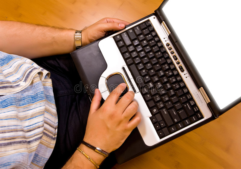 Trabalho do homem com seu portátil fotografia de stock