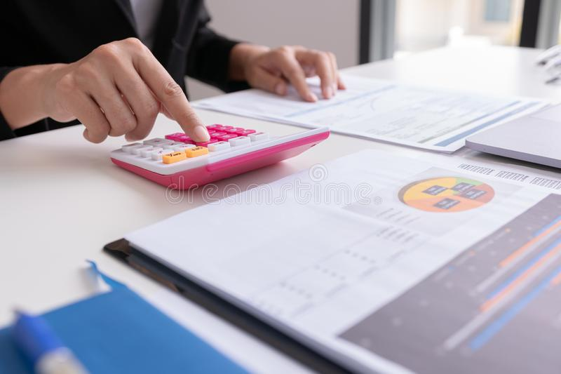 Trabalho do homem de negócios ou do gerente com relatório de papel financeiro, fotografia de stock royalty free