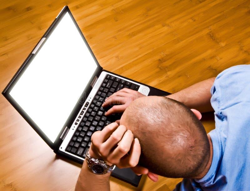 Trabalho do homem novo com portátil imagens de stock