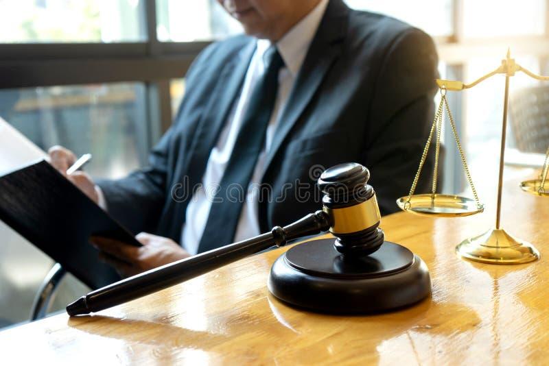 Trabalho do martelo do advogado do juiz no escritório com equilíbrio fotografia de stock royalty free