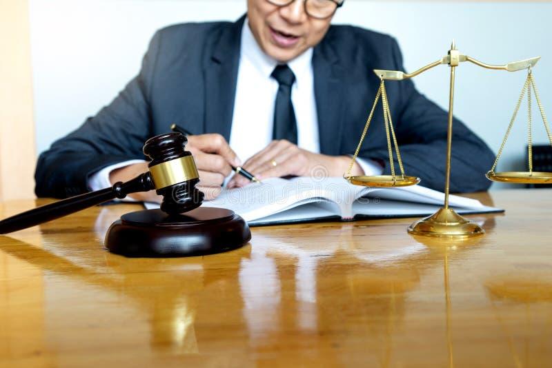Trabalho do martelo do advogado do juiz no escritório fotos de stock royalty free