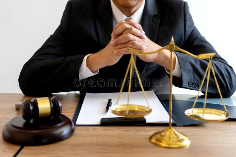 Trabalho do martelo do advogado do juiz no escrit?rio com equil?brio fotografia de stock