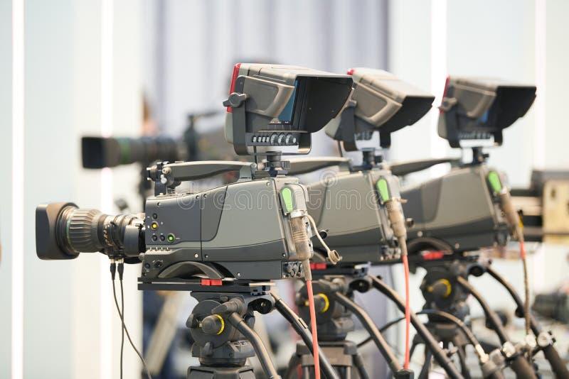 Trabalho do operador cinematográfico câmaras digitais prontas a filmar fotografia de stock royalty free