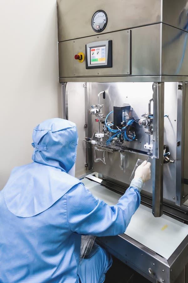 Trabalho do operador na indústria farmacêutica da infusão fotografia de stock