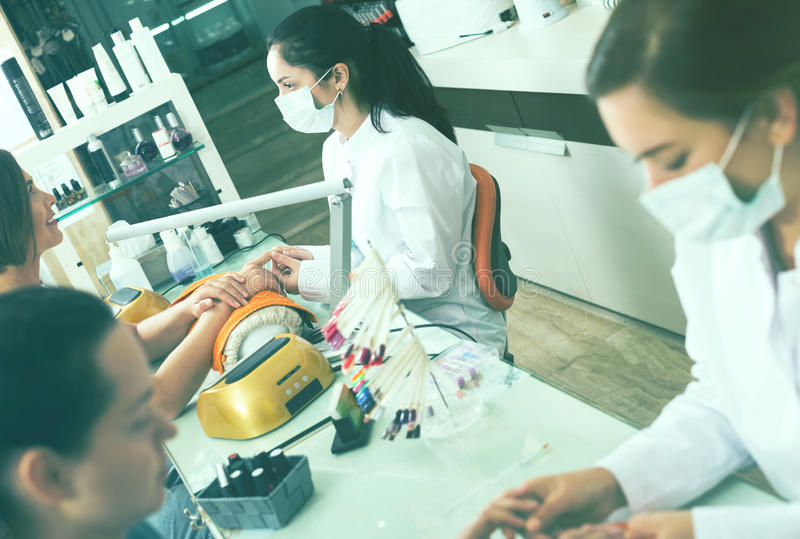 Trabalho dos mestres do tratamento de mãos imagens de stock