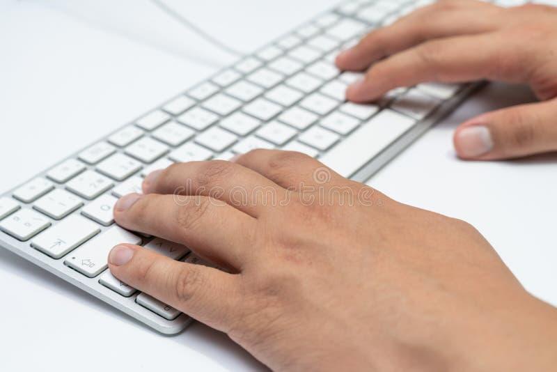 Trabalho em casa com os homens do portátil que escrevem um blogue Dactilografia em um teclado Hacker do programador ou de computa fotos de stock