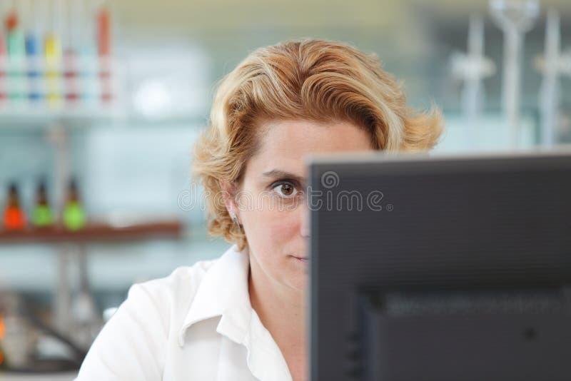 Trabalho em um computador foto de stock