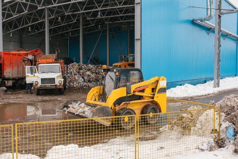 Trabalho especial da maquinaria ou da escavadora no local do desperdício que descarrega na planta para a eliminação de resíduos fotografia de stock royalty free