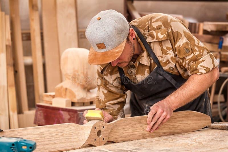 Trabalho experiente do carpinteiro foto de stock