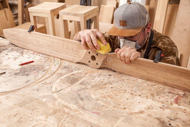 Trabalho experiente do carpinteiro imagens de stock