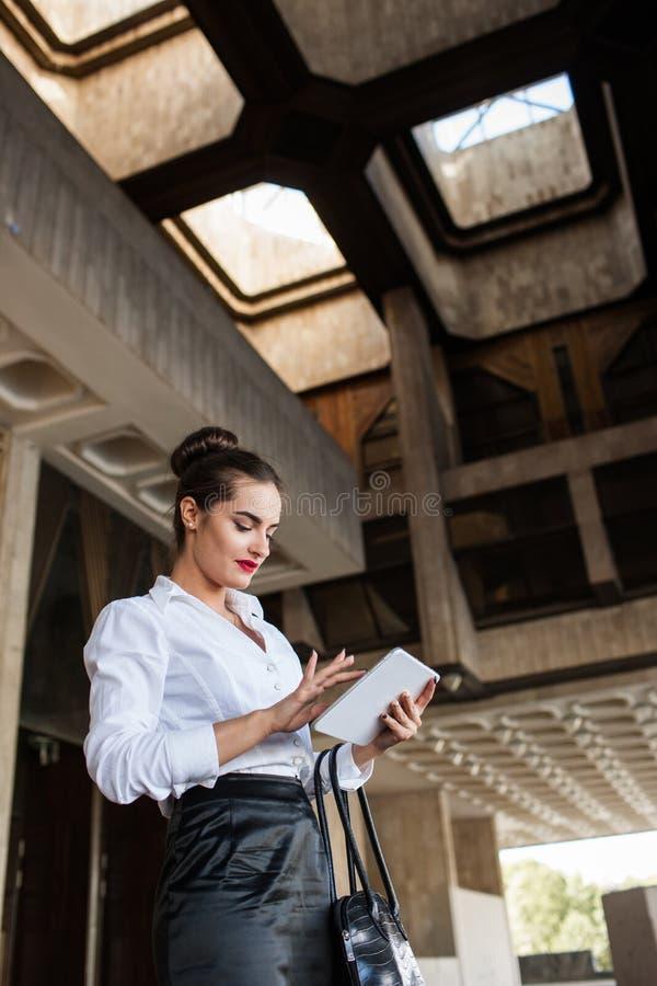 Trabalho exterior da tabuleta do estilo de vida da mulher de negócio fotos de stock royalty free