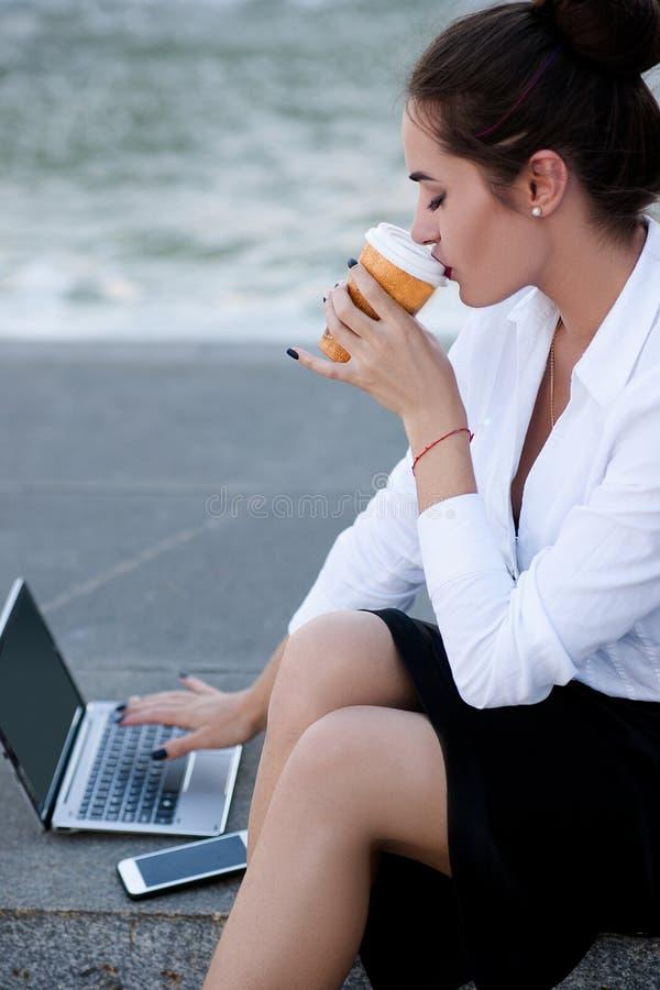 Trabalho exterior do portátil do estilo de vida da mulher de negócio fotos de stock royalty free