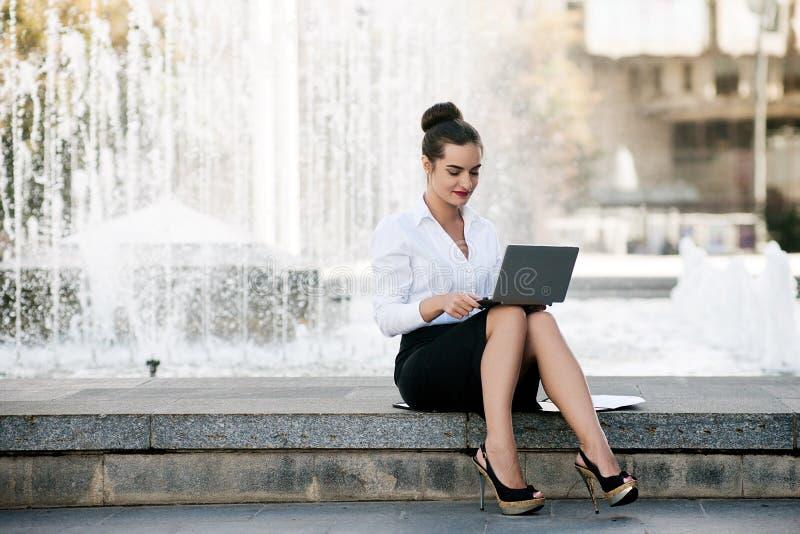 Trabalho exterior do portátil do estilo de vida da mulher de negócio imagem de stock