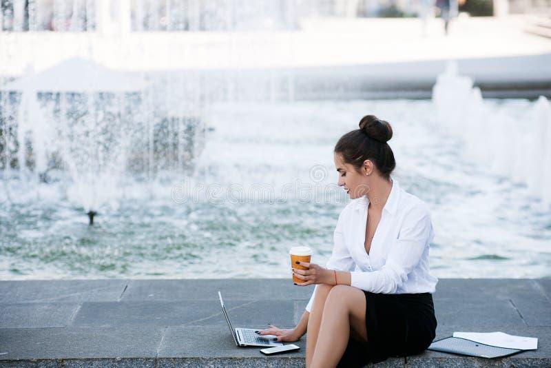 Trabalho exterior do portátil do estilo de vida da mulher de negócio fotos de stock