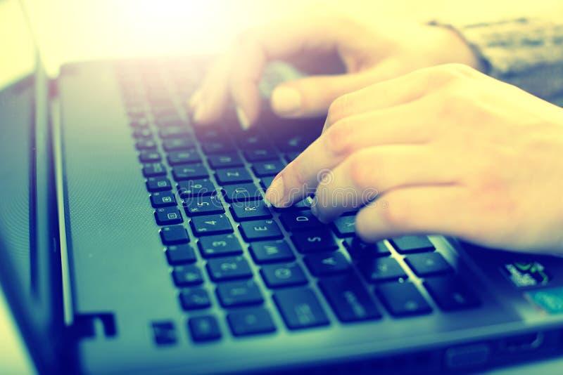 Trabalho fêmea no portátil imagem de stock royalty free