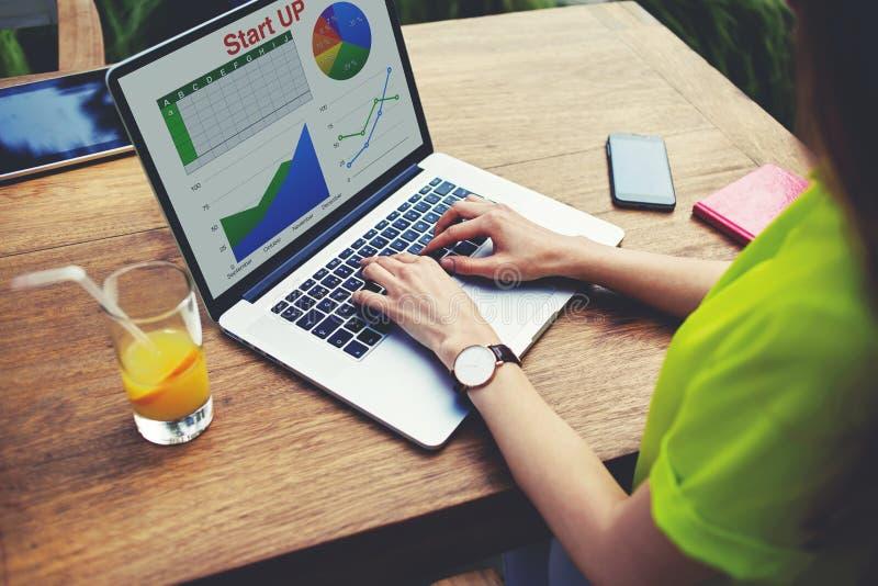 Trabalho fêmea novo do empresário com estatísticas dados e desempenho da análise fotos de stock