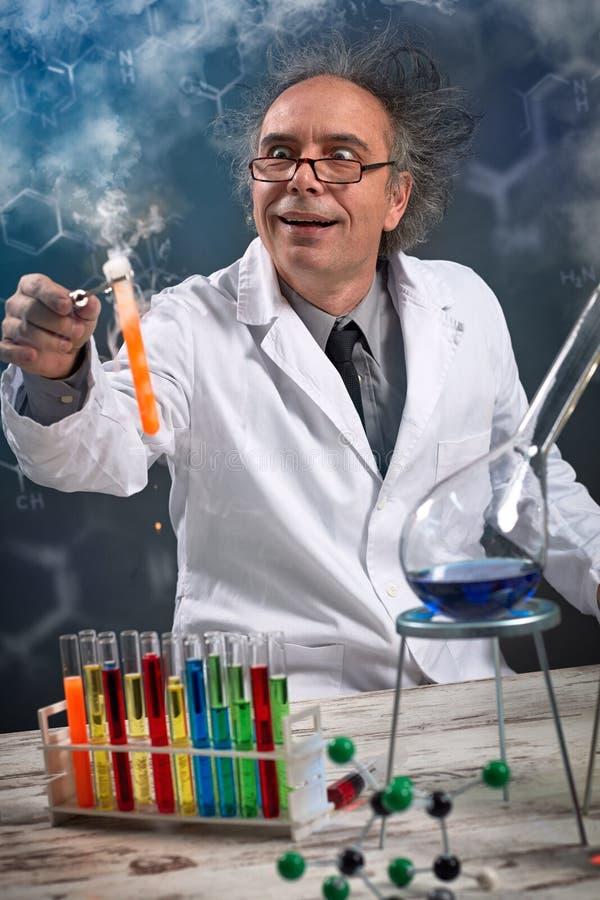 Trabalho louco engraçado do químico foto de stock royalty free