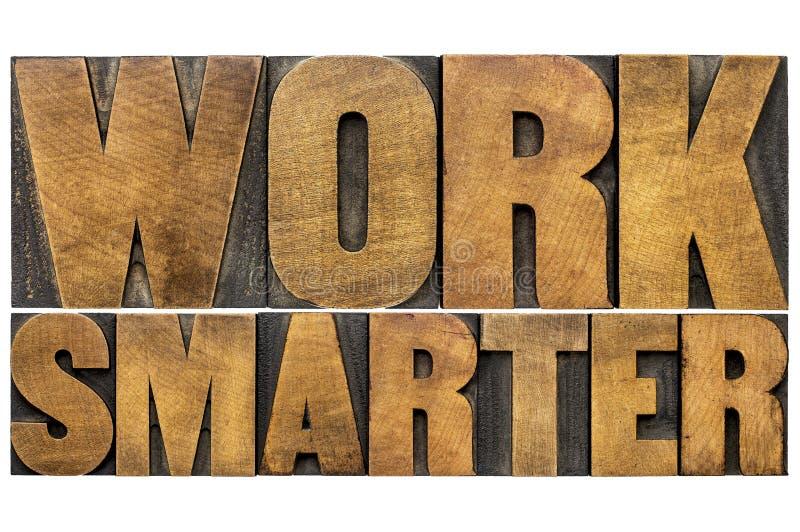 Trabalho mais esperto - sumário da palavra da tipografia no tipo de madeira imagens de stock royalty free