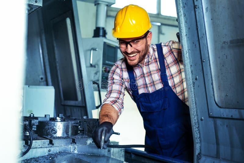Trabalho metalúrgico da indústria Máquina de corte de trituração do CNC, trabalhador do operador imagens de stock