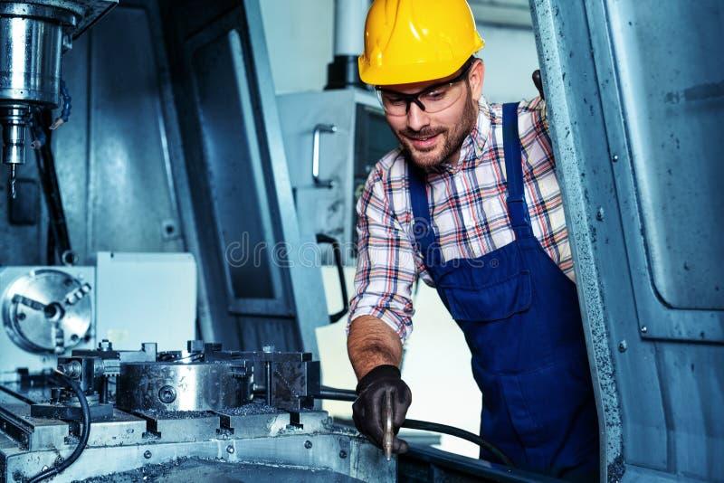 Trabalho metalúrgico da indústria Máquina de corte de trituração do CNC, trabalhador do operador imagens de stock royalty free