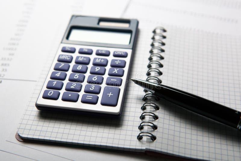 Trabalho na calculadora e nos papéis imagens de stock royalty free