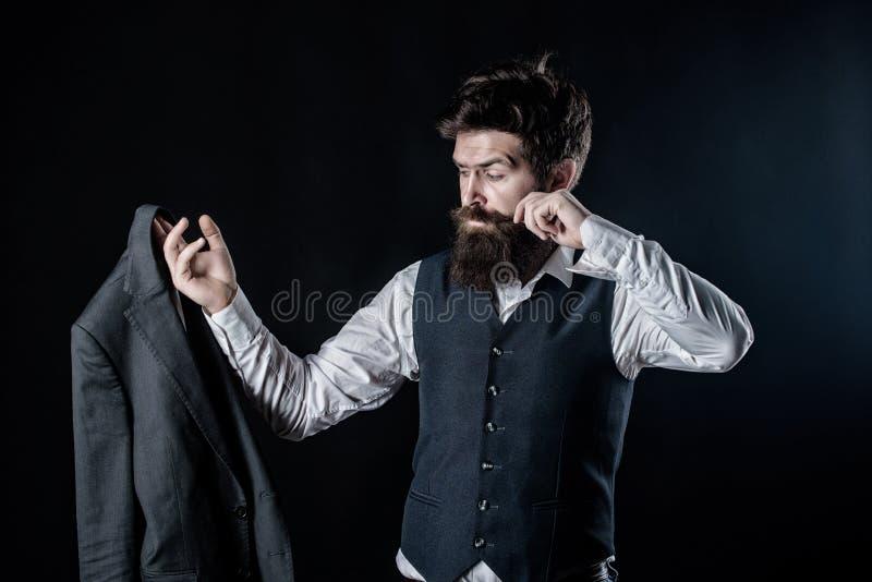 Trabalho na cole??o nova Forma formal masculina Desenhista que costura o terno Moderno maduro com barba Caucasian brutal imagem de stock royalty free