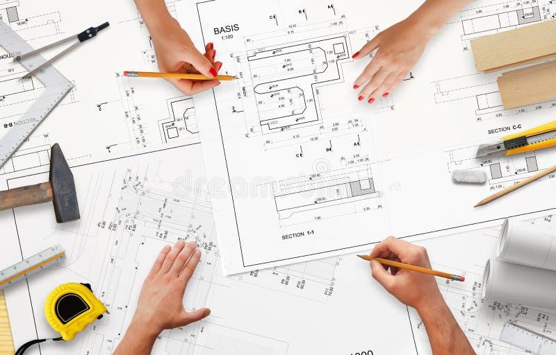 Trabalho na documentação do projeto na empresa de construção civil imagens de stock