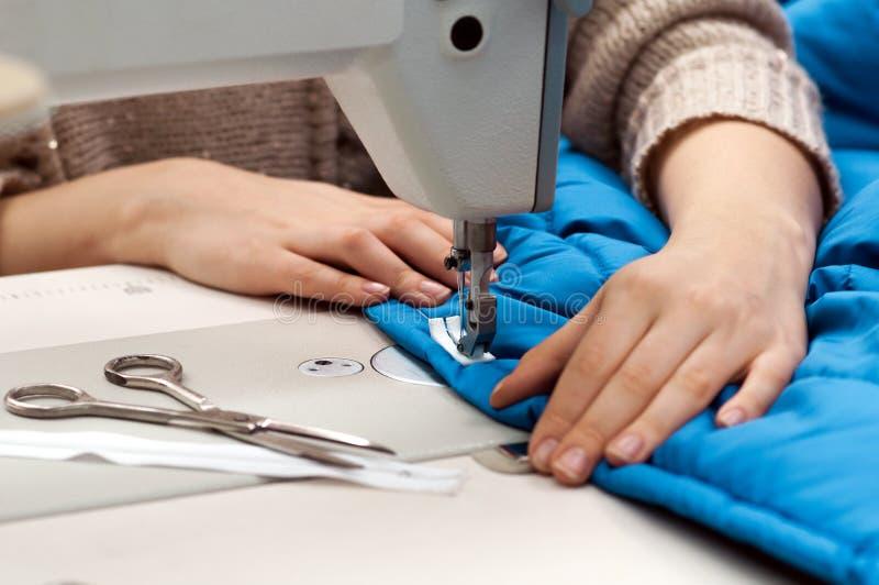 Trabalho na máquina de costura imagens de stock royalty free