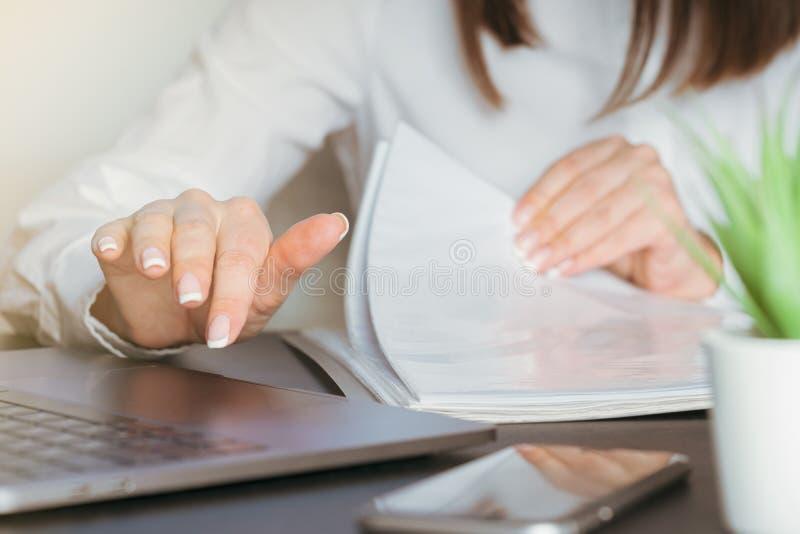 Trabalho no computador com documentos foto de stock royalty free