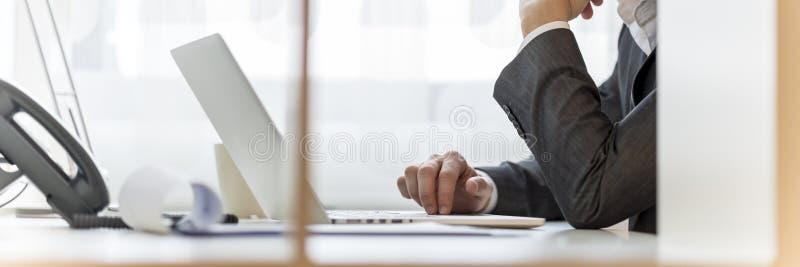 Trabalho no computador portátil foto de stock royalty free