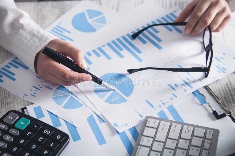 Trabalho no escrit?rio Gr?ficos e investimento financeiros fotos de stock