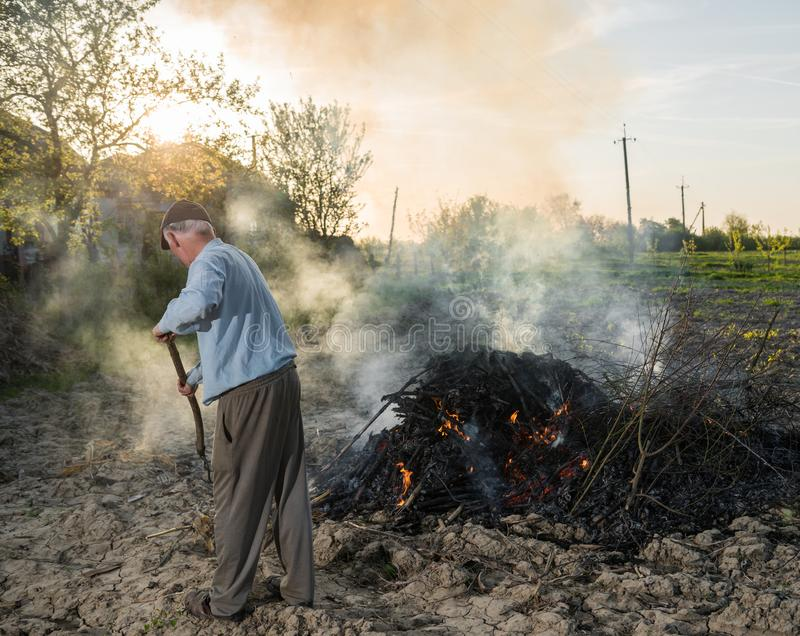 Trabalho no jardim Ramos secados burning do fazendeiro foto de stock
