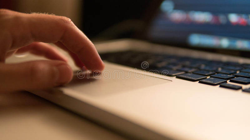 Trabalho no touchpad do portátil Foco ascendente & raso do fim fotos de stock