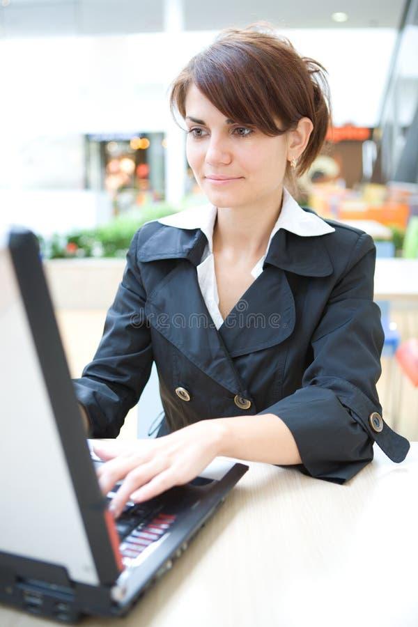 Trabalho novo da mulher de negócio no portátil foto de stock royalty free