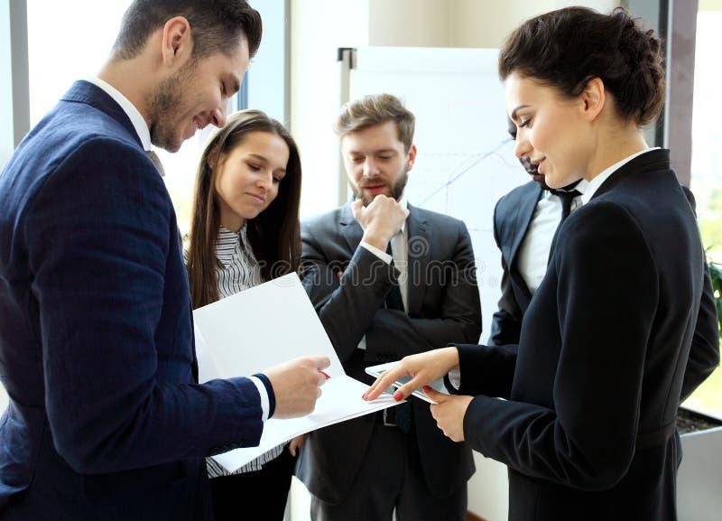 Trabalho novo dos profissionais no escritório moderno Grupo do negócio que trabalha com partida imagem de stock royalty free