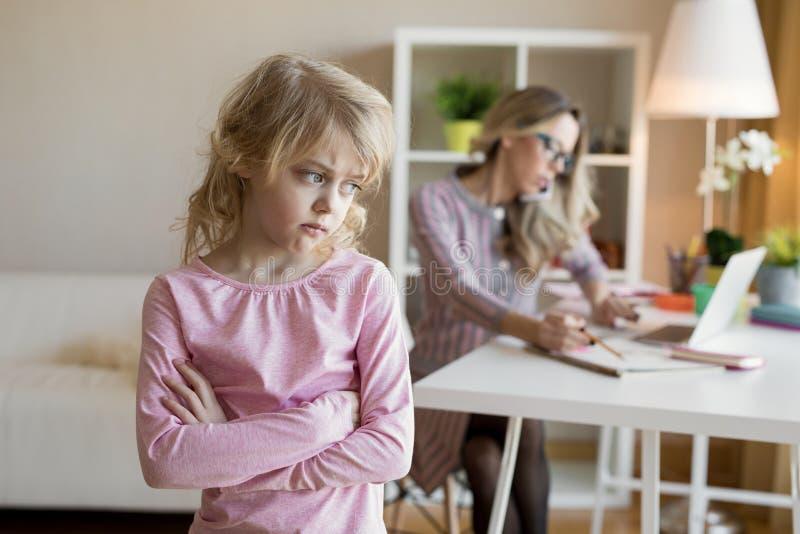 Trabalho ocupado da mulher de negócios quando sua criança for deixada sem a atenção fotografia de stock royalty free
