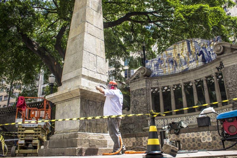 Trabalho para limpar os grafittis do vandalismo, impermeáveis e para restaurar o Obelisco a Dinamarca Memoria foto de stock royalty free
